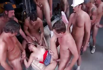 Una chica con varios hombres