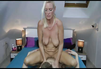 Sexo con madura en la buhardilla