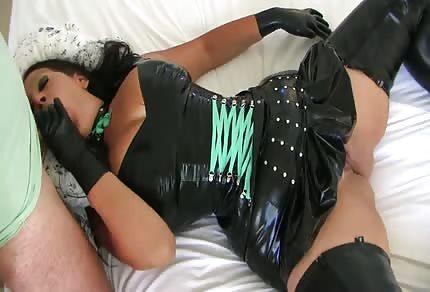 Madura con un disfraz caliente se abre de piernas en la cama