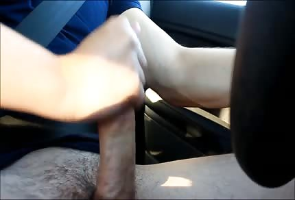 Su mujer le cambia de marchas en el coche