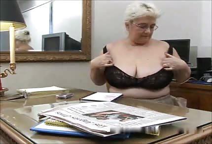 Abuela con tetas grandes complementa su pensión