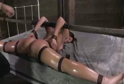 La ata bien y la obliga a hacer una mamada