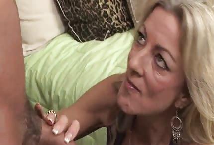 La rubia del escote grande tiene ganas de sexo