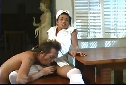 La enfermera negra recibe por su culito