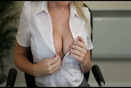 Enfermera rubia tetona te saluda con su gran y jugoso tetamen