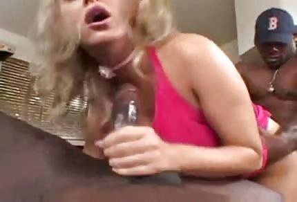 Mandy Bright follada por dos negros