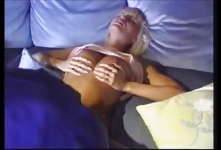 A Anita Blonde le gustan los falos negros