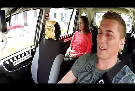 El taxista se la folla en el asiento de atrás