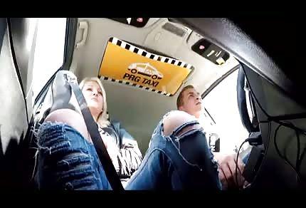 La invita a subir a su taxi