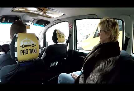 La pasajera quiere meterse bajo el volante