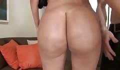 La latina pone en pompa su culo jugoso
