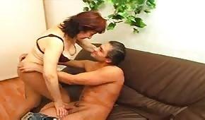 Armando se tira a una mujer madura
