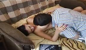 Ruso se folla a una morena bonita en el sofá