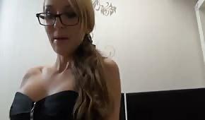 Secretaria desenfrenada con lencería sexy