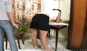 La secretaria pone en pompa su gran culo