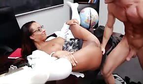 La chica de las gafas se abre de piernas delante de su profesor