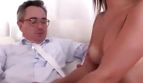 El tipo le abre lentamente la camisa y le toca los pechos