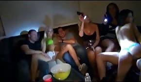 Chicas borrachas enseñando las tetas en la fiesta