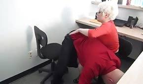 La secretaria tetona provoca a su jefe