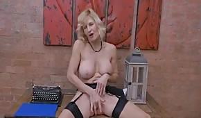 Se desnuda y se acaricia