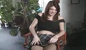 Una chica bonita presenta su coño