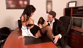 La secretaria se abre de piernas en la mesa de su jefe