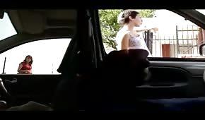 El tipo circula en coche por la ciudad y se hace una paja