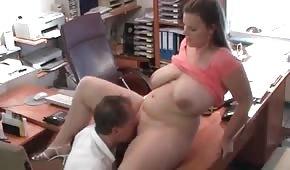 Se folla a una tetona en la oficina