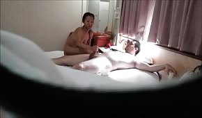 Nena le chupa la verga en la cama