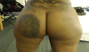 Negra regordeta enfrente de sex cámara