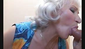 Abuela mama en el baño