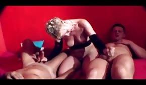 Una puta madura juega con 4 penes