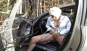 Mamá cachonda se masturba en el bosque