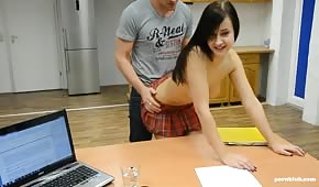 Sexo en el escritorio con una pequeña morena.