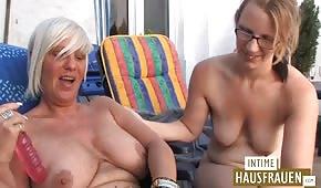 Joven se divierte con una vieja alemana.