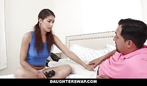 El chico adelanta a la hija de su amigo.