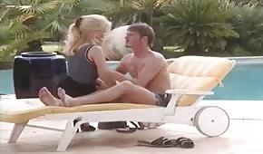 Sexo retro en una tumbona con Gina Wild