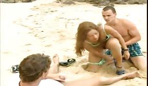 Gangbang en la playa con latín