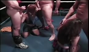 Chicas locas jalan pollas en el ring