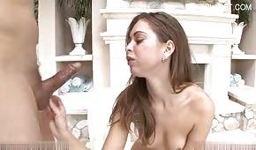 Adolescente sexy se corta en la boca