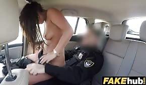 El policía mueve un bonito bastón en el coche.