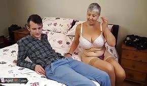 El joven folla con su abuela.