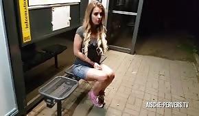 Sexo en público con una muñeca rubia.