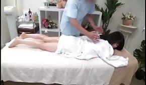 Él masajeó y golpeó asiático