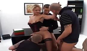 Sexo grupal con el jefe en la oficina.