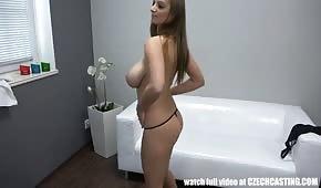 La tetona se desnuda sobre el casting.