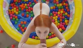 Pelirroja tirando polla en una piscina inflable