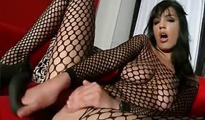 Masturbación anal en el sofá.