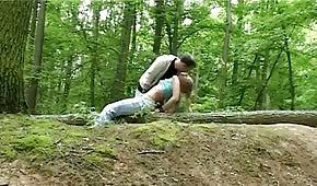 Sexo en el bosque con rubia traviesa