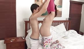 Diversión matutina con una pareja embarazada